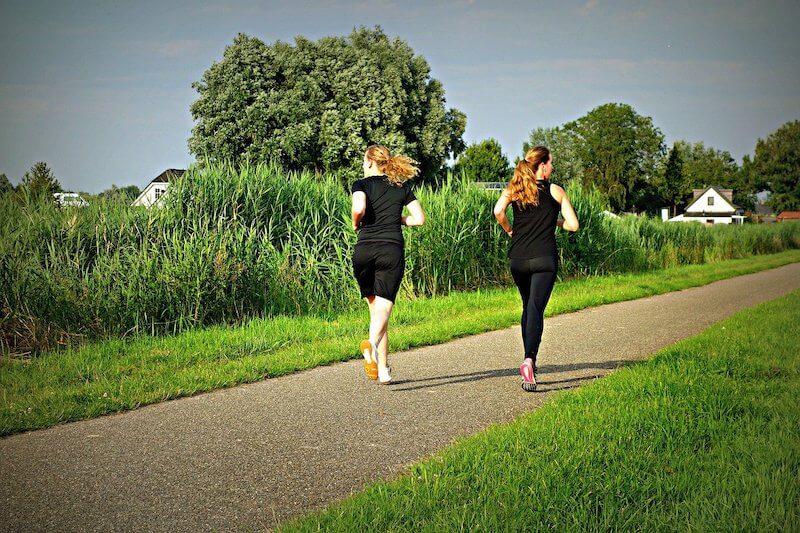 Joggen für Anfänger - 2 Frauen in der Natur