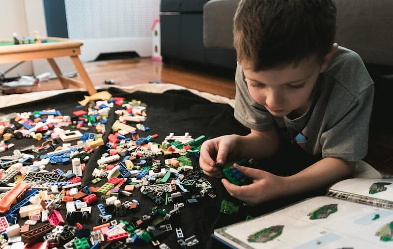 spielwaren trends 2020 junge spielt lego