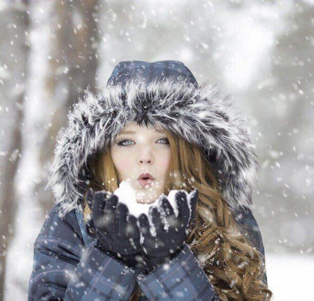 Tipps gegen Kälte - Frau im Schnee