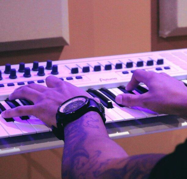 Musikinstrumente zu Hause lernen - Klavier